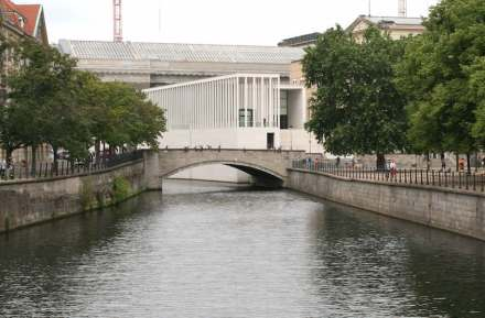 Looking form the Schlossbrücke to the James-Simon-Galerie. Photo: Peter Becker