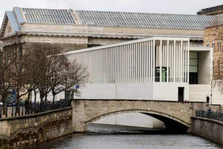 The colonnade of pillars, 100 m long with 92 pillars. Photo: Ute Zscharnt for David Chipperfield Architects