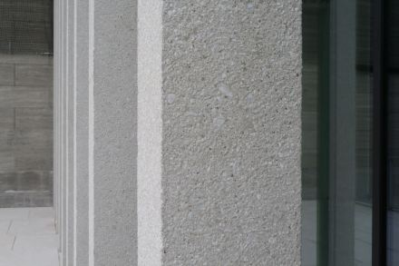 The pearl-grey marble-concrete at the exterior façades of the James-Simon-Galerie. Photo: Peter Becker