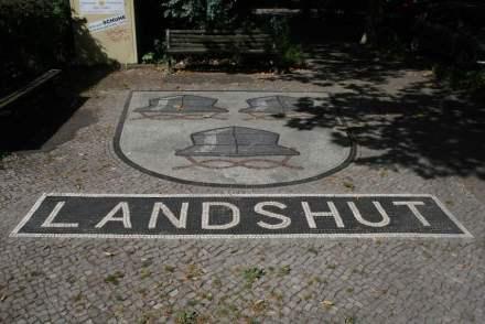 In manchen Berliner Bezirken wurde das Wappen aus Straßennamen auf den Gehweg gebracht.