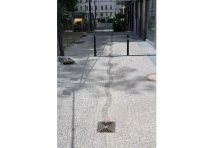 Diese Pflasterung im Berliner Bezirk Mitte macht es dem Regenwasser gewissermaßen leicht, den Weg in den Gully zu finden.