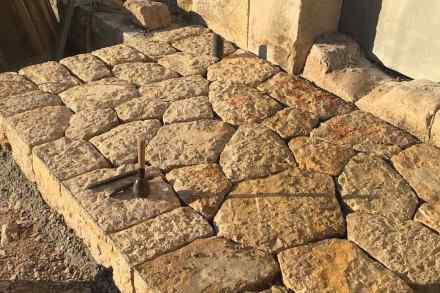 Straßenpflaster mit dem Muster einer Trockenmauer.