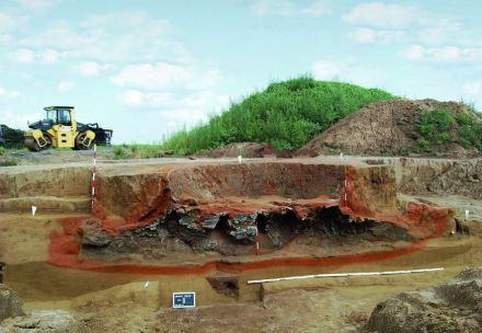 Auch Bodendenkmale sind zu besichtigen: Das Foto zeigt einen ehemaligen Brennraum und zwei Züge eines römischen Töpferofens bei Bergheim (NRW). Aufschlussreich für die Forschung sind die unterschiedlichen Färbungen des Erdreichs. Foto: R. Smani, LVR Amt für Bodendenkmalpflege.