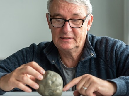Dr. Martin Kölling shows a pyrite nodule. Photo: Marum / V. Diekamp