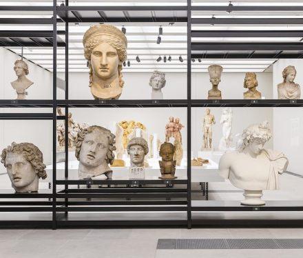 """""""Nah am Leben. 200 Jahre Gipsformerei"""", Ausstellungsansicht, James-Simon-Galerie, 2019. Foto: Staatliche Museen zu Berlin / David von Becker"""