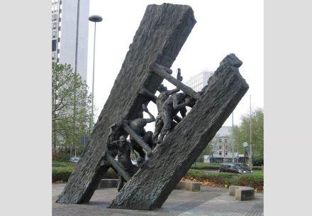 """Die Skulptur """"Steile Lagerung"""" von Max Kratz 1989 hinter dem Hauptbahnhof in Essen will an die Mühsal der Bergleute erinnern."""