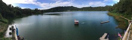 Panoramaaufnahme des Linausees in Indonesien. Von dem angemieteten Floß aus wurde die Tiefe des Sees gemessen.