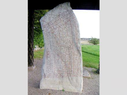 "The Rök runestone. Photo: Bengt Olog Aradsson / <a href=""https://commons.wikimedia.org/""target=""_blank"">Wikimedia Commons</a>"