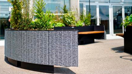 Mobilier urbain en gabion servant de banc et bac à plantes