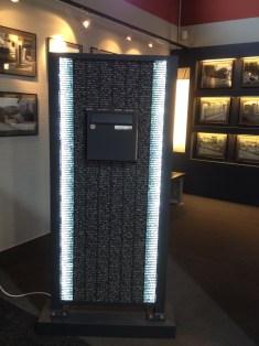 Voici un pilier de boite à lettres original avec des gabions et des led.