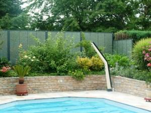 Panneaux modulaires en pierre au bord d'une piscine