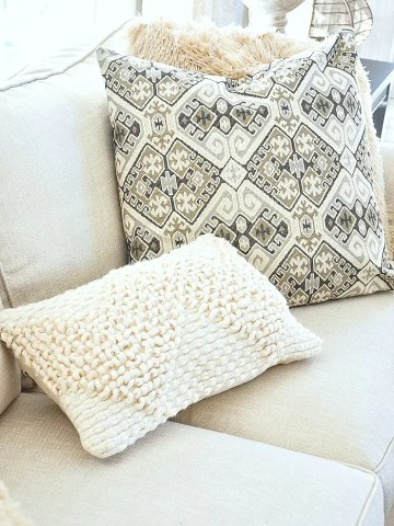 A CASUAL PILLOW ARRANGEMENT YOU SHOULD TRY