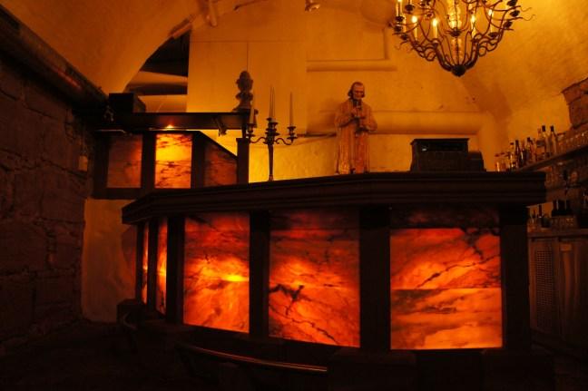 Bartheke Unterbau MAINSANDSTEIN Bruestung ROSA PORTUGALLO beleuchtet Arbeitsflaeche NERO ASSOLUTO poliert