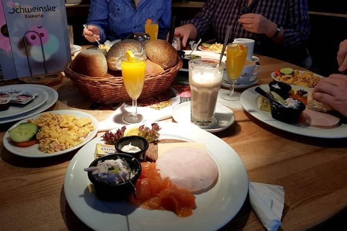 Frühstück bei Schweinske-Hamburg-Frühstücken-Restaurant-Schweinske
