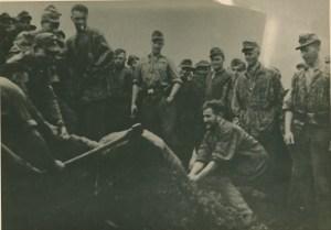 Soldati tedeschi decapitano la testa a dei partigiani