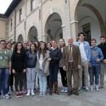 I ragazzi del liceo Saffo di Roseto con il preside Viriol D'Ambrosio e la docente Gina Martella (foto Armando Di Antonio)