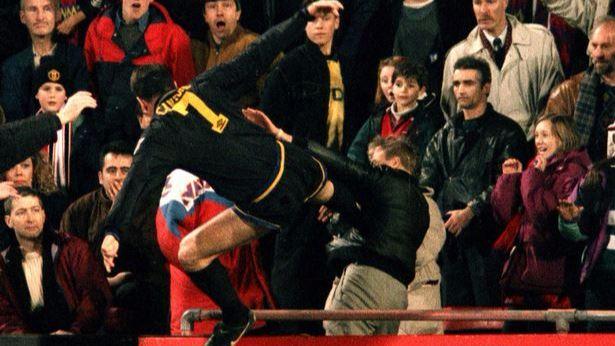 Il calcio kung – fu di Eric Cantona al tifoso del Crystal Palace