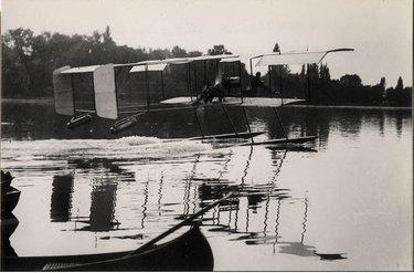 Hélène sull'idrovolante a Enghien nel 1912