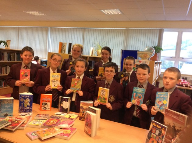 Pupils from 08/100 looking at the new books in library thanks to the Scholastic Book Fair.