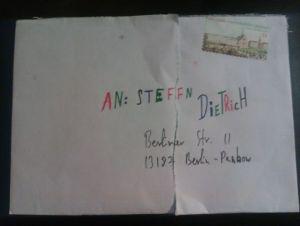 farbenfroher Briefumschlag eines Mandanten an Rechtsanwalt Dietrich