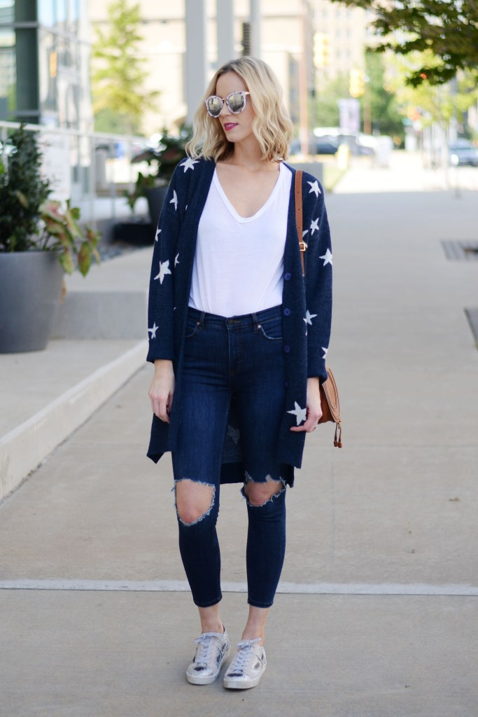 casual fall outfit idea, jeans and a cardigan with sneakers