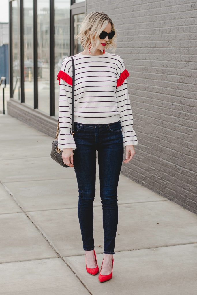 how to add red accents to an outfit, red pumps, dark skinny jeans, cute top