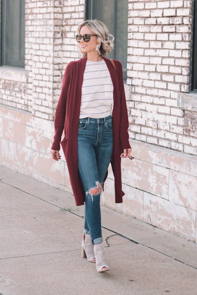 easy fall outfit combination of t-shirt, cardigan, and skinny jeans with peep toe booties