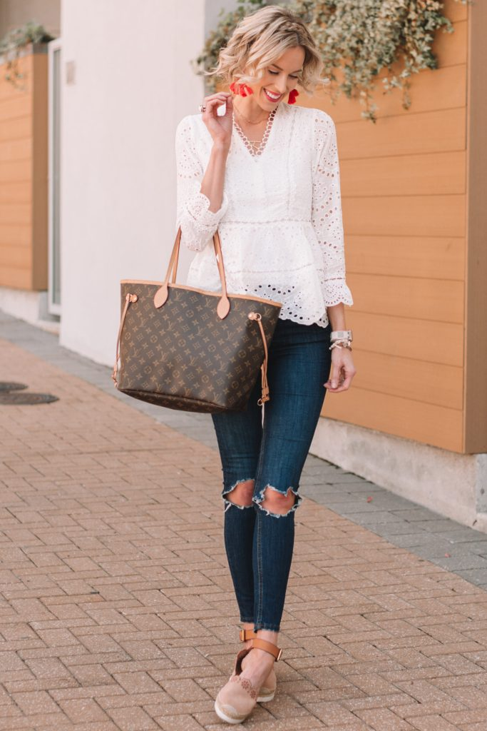 white top and dark skinny jeans