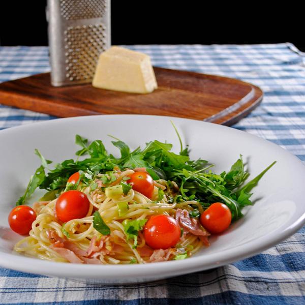 Pasta with ham, cherry tomatoes & arugula