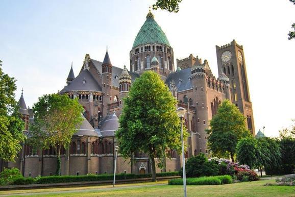 Katedrala St Bavo z mogočno zeleno kupolo