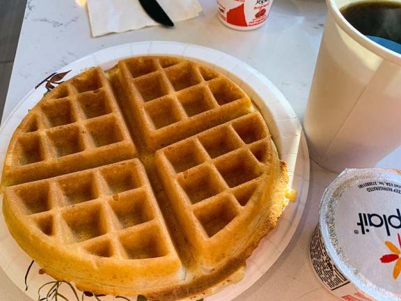 Zajtrk v motelih - vafel, toast z arašidovim maslom, krofi in ameriška kava
