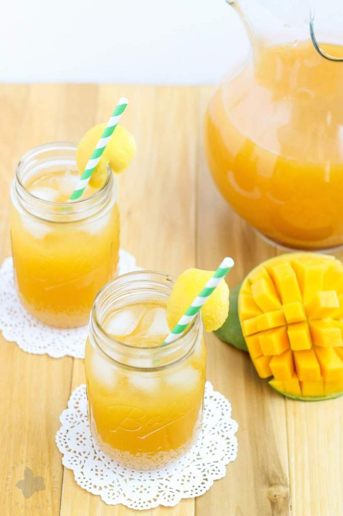 This Mango Green Tea Lemonade is the perfect thirst quencher for those long hot days of summer. Sweet mangoes pair perfectly with sour lemons and the bright taste of green tea making this drink both refreshing and addictive. | Strawberry Blondie Kitchen
