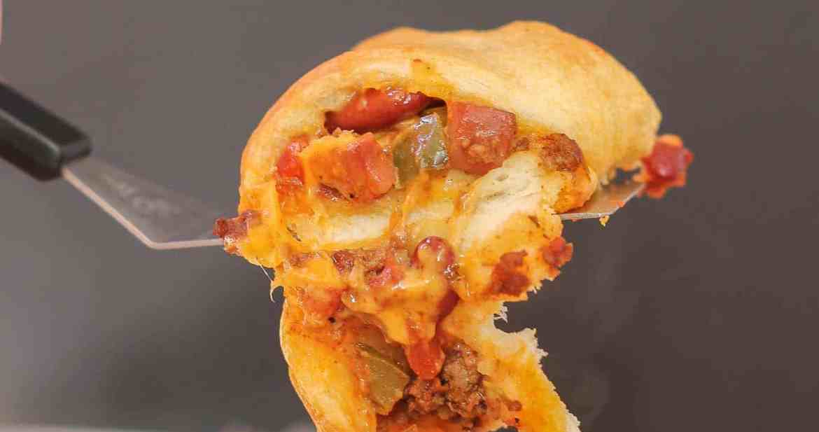 The flavors of an American classic, the chili cheese dog, have been rolled up into a crescent ring to bring you the ultimate game time food. You'll please even the pickiest of eaters with this Chili Cheese Dog Crescent Ring during dinnertime or any occasion. | Strawberry Blondie Kitchen