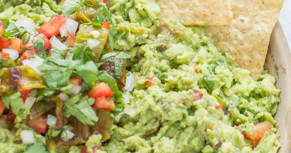 Add a little heat and smokiness to your guacamole with fire roasted hatch chiles. Only in season for a short time, so get your hands on some of these babies and make this delicious, crowd pleasing Hatch Chile Guacamole. | Strawberry Blondie Kitchen