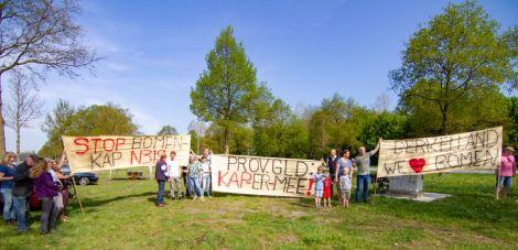 Actievoerders protesteren tegen de bomenkap N-weg tussen Groenlo en Ruurlo. Foto: Marcel Houwer