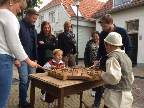 Pim en Joep bij een oud-Hollands bordspel, geflankeerd door Francine, Roy, Susan, Kim, Suzanne en Julian. Foto PR Slag om Grolle