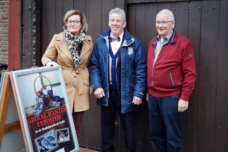 Opening Expositie Grolse Wanten. V.l.n.r.: wethouder Marieke Frank, Johan klein Gunnewiek en Henny Garstenveld (beheerder Stadsboerderij)