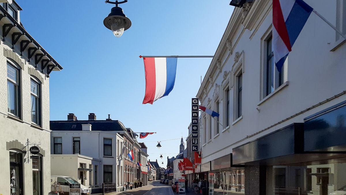 Vlaggen uit voor bevrijding.