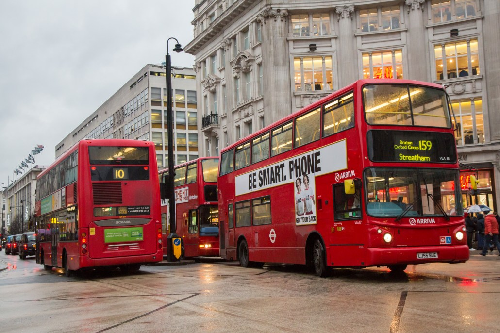 Double-decker buses in London 4K. (ロンドン 2階建てバス 4K)