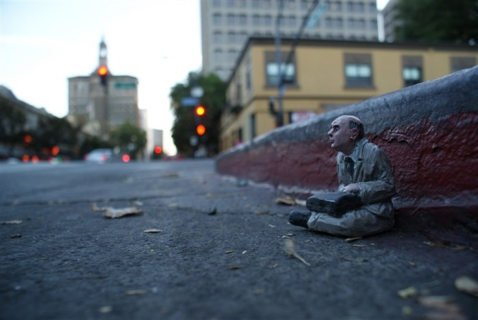 Homeless. San Jose, EEUU. Cement Eclipses -By Isaac Cordal 2013 in