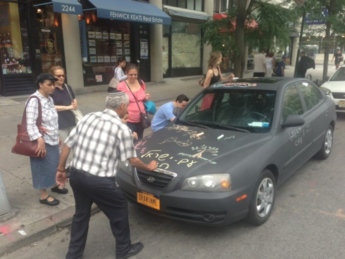 Philip Romano covered car in chalkboard coating – Letting people draw on it
