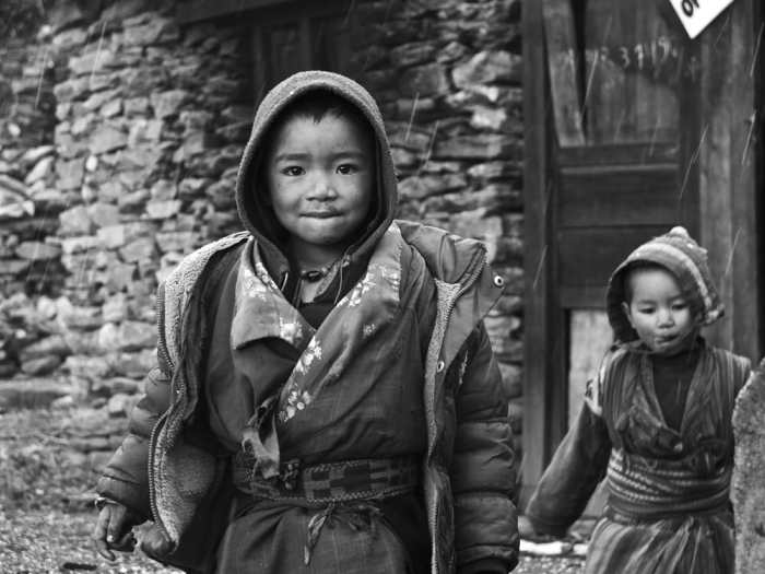 A first encounter with local kids, in Tibet