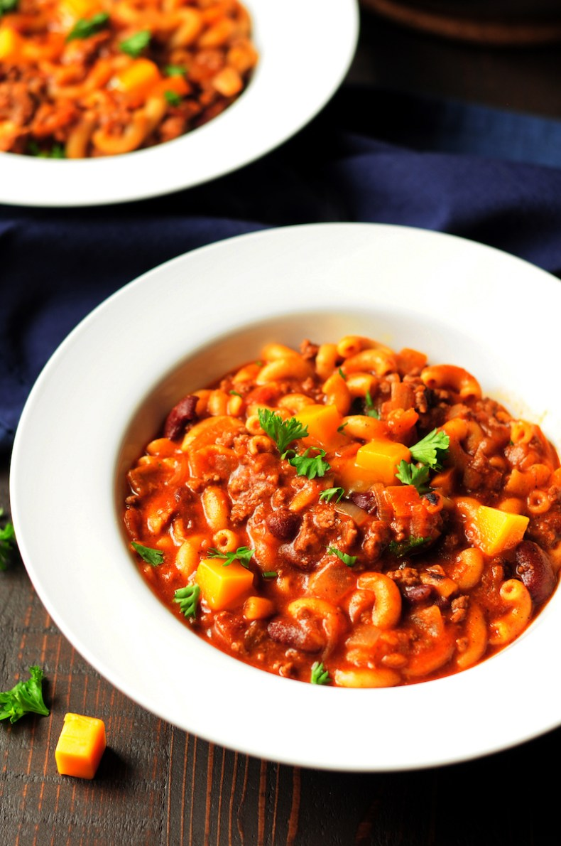 Love mac and cheese? This one-pot turkey chili mac recipe can totally satisfy you with a healthy spin. It's a colorful and exciting meal that's designed for busy weeknights.