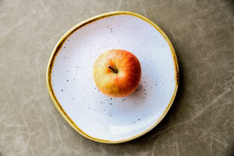 An apple on a plate - how to keep it fresh for longer