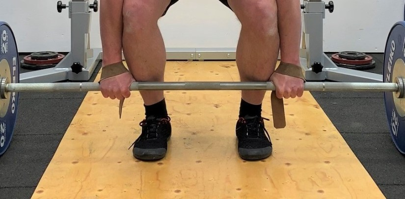 Deadlift with lifting straps