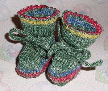 Babyschuhe aus Sockengarn mit I-cord-Bindebändern