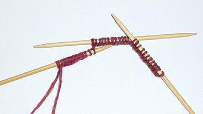 Maschen gleichmäßig auf die Nadeln verteilen