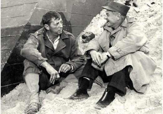 midden: Robert Mitchum, op 'Omaha Beach' (locatie: Île de Ré)