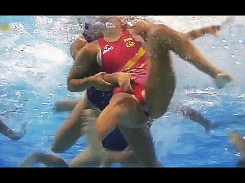 Pallanuoto femminile vista da sott'acqua tante botte