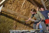 Bau des Strohballengewölbes in Ravelsbach